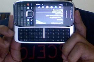 E75 dengan keyboard QWERTY-nya